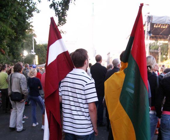 Žmonės su Lietuvos ir Latvijos vėliavomis
