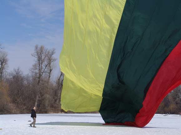 Lietuvos ir Ukrainos vėliavos keliamos virš Kijevo
