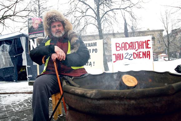 """Prie Seimo badaujantis smulkiųjų verslininkų atstovas E.Šablinskas """"nužmogėjimu"""" vadina reklamos agentūros teikiamą paslaugą  – samdyti """"specialiai paruoštus"""" badautojus."""