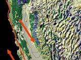 wikimedia.org nuotr./Šioje nuotraukoje raudona linija pažymėtas San Andreaso lūžis, o rodyklėmis – Ramiojo vandenyno ir Šiaurės Amerikos plokščių judėjimo kryptys.
