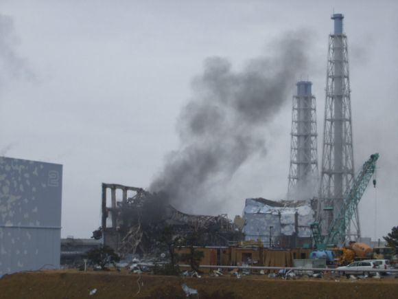 Reuters/Scanpix nuotr./Ia Fukuaimos-1 atominės elektrinės 3-iojo bloko vėl ėmi kilti dūmai.