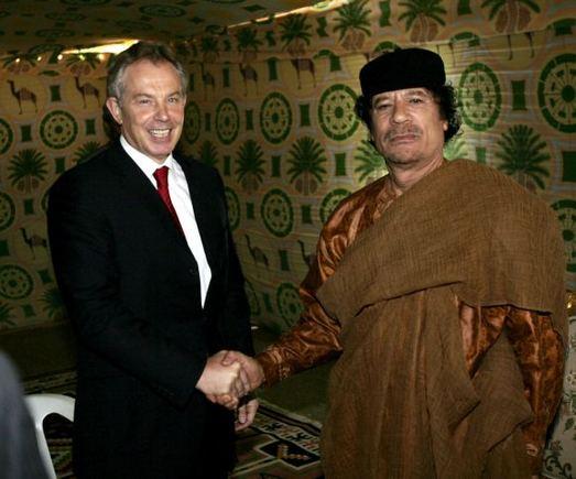 """""""Scanpix"""" nuotr./Didžiosios Britanijos premjeras Tony Blairas ir Muamaras Kadhafi (Sirtas, 2007 m.)"""