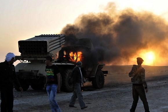 Degantis priešlėktuvinis sunkvežimis.