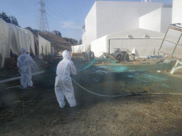 Scanpix nuotr./Fukuaima-1 gelbėtojai dirba ir elektrinėje, ir jūroje