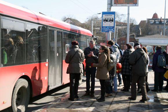 Nuo liepos 1 dienos į Kauno viešąjį transportą bus galima įlipti tik pro priekines duris.