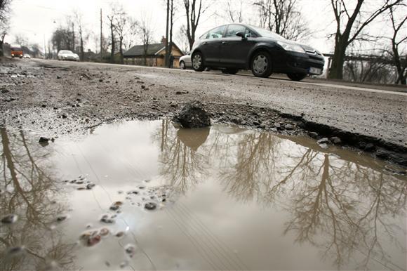 Vairuotojai liūdnai juokauja, jog apverktinoje A.Juozapavičiaus prospekto būklėje galima įžvelgti ir vieną privalumą – stabilias automobilių važiuoklės meistrų pajamas.
