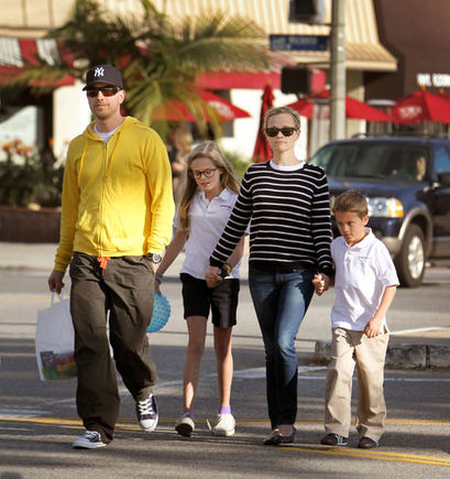 AOP nuotr./Reese Witherspoon su šeima