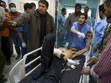 """AFP/""""Scanpix"""" nuotr./Vežamas sužeistas Libijos sukilėlis"""