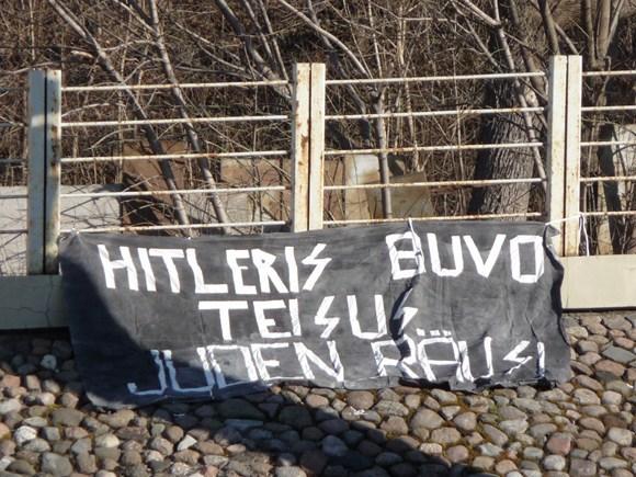 Plakatas šalia Kauno žydų sinagogos