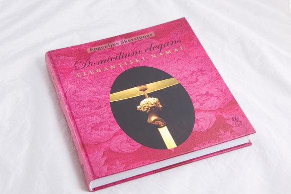 """V. Ovadnevo nuotr./Eugenijus Skerstonas neseniai išleido knygą """"Domicilium elegans / Elegantiški namai""""."""