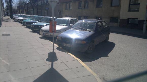 15min.lt skaitytojo Antano P. nuotr./Fotopolicija. Automobiliai prie geltonos linijos Marijampolėje.