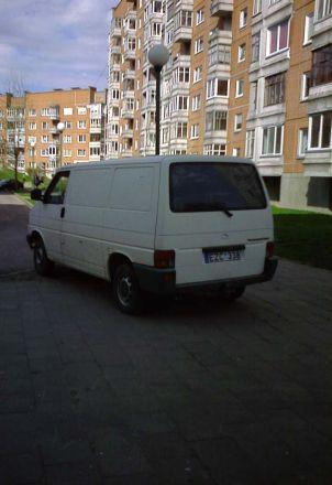 """Volkswagen"" autobusiukas ant šaligatvio"