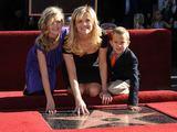"""AFP/""""Scanpix"""" nuotr./Reese Witherspoon su dukra Ava ir sūnumi Deaconu"""
