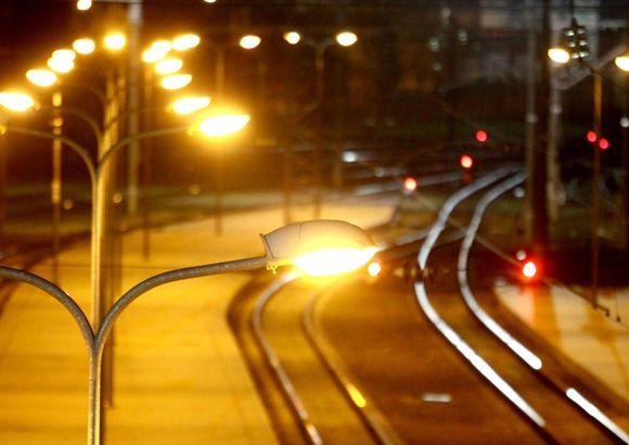 Vilniaus stotis naktį prisipildžiusi laukimo – kas laukia rytinio autobuso, kas traukinio, kas ryto.