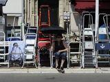 """AFP/""""Scanpix"""" nuotr./Gerbėjai susėdę ant kėdžių ir pasiruošę kopėčias jau išvakarėse nekantriai laukia Kanų kino festivalio atidarymo dienos."""