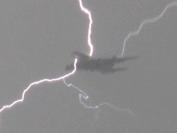 Į lėktuvą trenkė žaibas