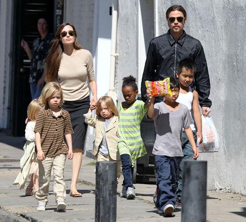AOP nuotr./Angelina Jolie ir Bradas Pittas su vaikais