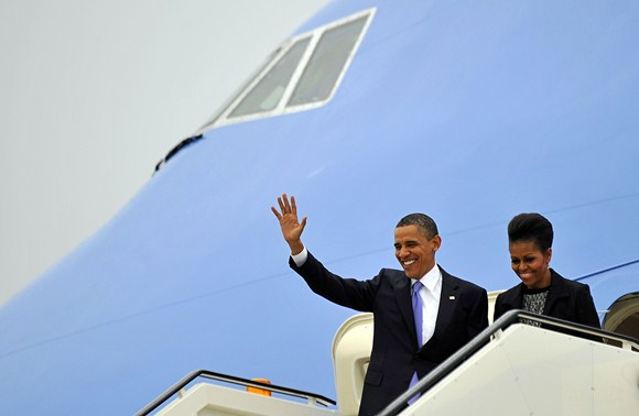 JAV prezidentas Barackas Obama ir Michelle Obama lipa iš lėktuvo.