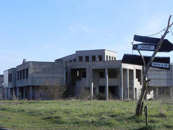 Ginos Kubiliūtės/15min.lt nuotr./`ventojoje užsilikę kone daugiausiai senų ir ekonominio pakilimo metu statytų ir nebaigtų pastatų.