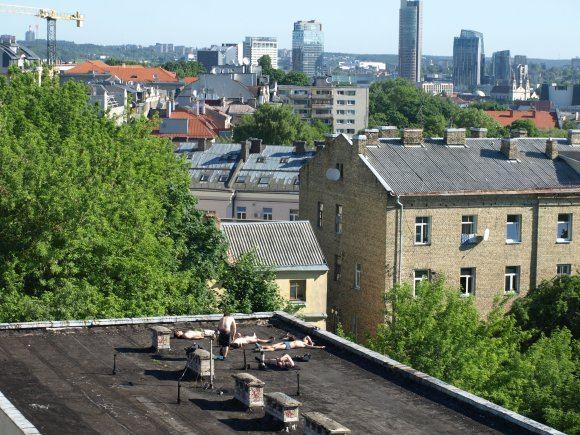 15min.lt skaitytojos nuotr./Keisti nuogaliai ant buvusio policijos komisariato stogo