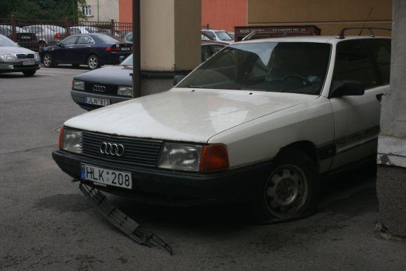 Kelerius metus nebevažiuojanti mašina rūdija savivaldybės kieme.