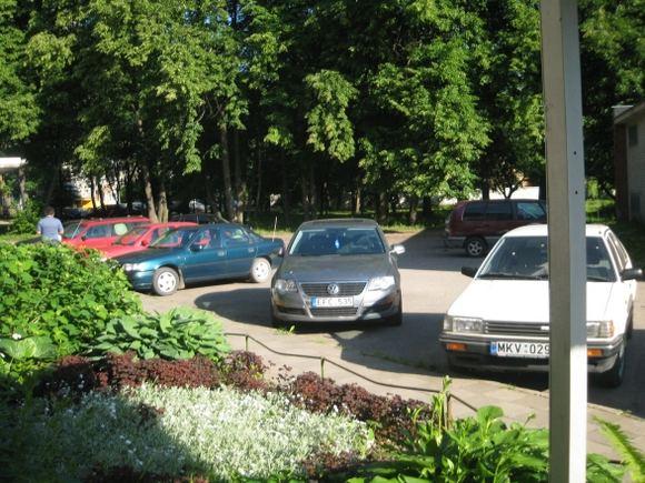 15min.lt skaitytojo nuotr./Kreivai pastatytas Volkswagen Passat Kaune