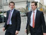 """AFP/""""Scanpix"""" nuotr./Dvyniai Cameronas ir Tyleris Winklevossai."""