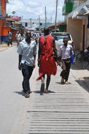Masajai, nors ir dėvi savo tradicinius apdarus, bet gyvena aiuolaikiakai.