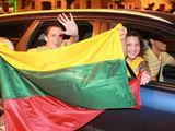 Irmanto Gelūno/15min.lt nuotr./Sostinėje naktį žmonės audringai sutiko žinią apie pergalę