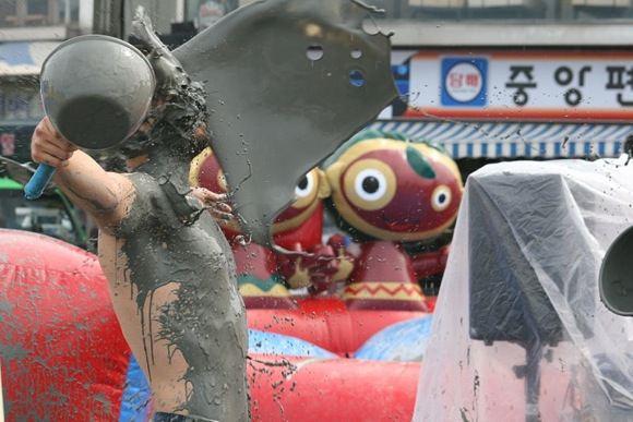 Stinkie Pinkie wikipedia.org nuotr./Festivalis - puiki proga iasimaudyti purve.