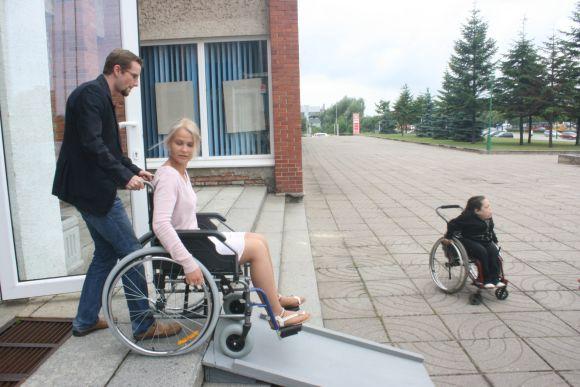 Sėdintis vežimėlyje neįgalusis be pagalbos uostamiestyje neišsiverstų.