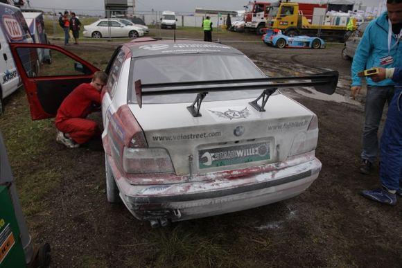 Žilvino Pekarsko/15min.lt nuotr./Turbožiedas  Raimota komandos automobilis gavo gerą dozę gęsinimo putų