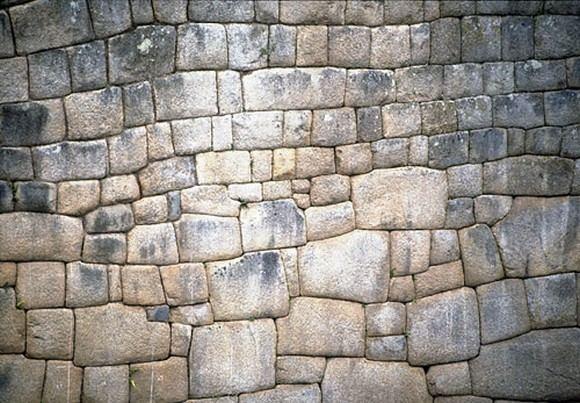sacredsites.com nuotr./Akmenys, ia kurių pastatyti įstabiausi Inkų imperijos pastatai, sutvirtinti nenaudojant jokios cementinės medžiagos. Jie buvo tiesiog iakalti ir sudėti taip preciziakai, kad tarp jų nepavyktų įkiati nė kreditinės kortelės.