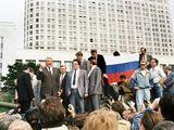 AFP/Scanpix nuotr./ Ant tanko užsilipęs Borisas Jelcinas sako kalbą.