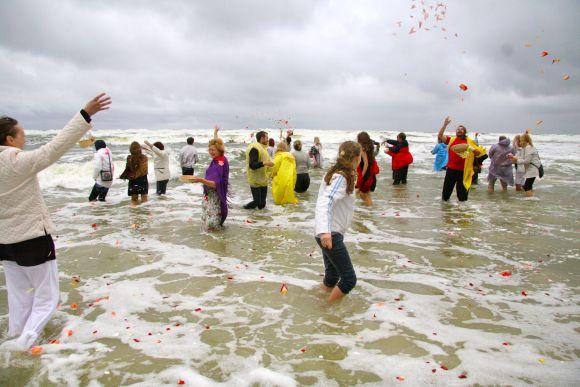 Akcijos dalyviai drąsiai lipo į banguotą jūrą, sveikino vandenį žiedlapiais.