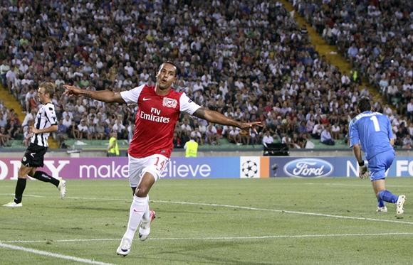 Theo Walcott džiaugiasi įvarčiu.