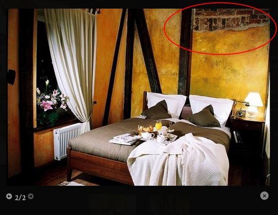 """15min.lt iliustracija/Kambario interjeras Panevėžio viešbutyje """"Romantic"""": akivaizdu, jog interjero dizaineriai čia naudojo savitą sienų apdailą."""