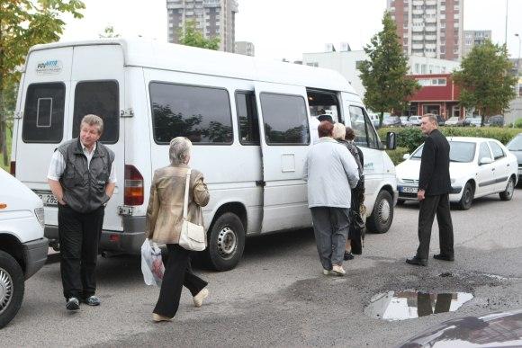 Nors prie Jono Pauliaus II gimnazijos laukė du mikroautobusai, norinčių važiuoti į mitingą atsirado vos keli.