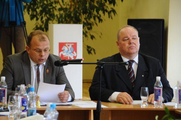 S.Karbauskas (dešinėje) ir jo pavaduotojas E.Skarbalius turėjo palikti postus vos spėję apšilti kojas.