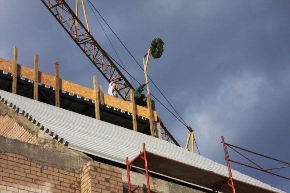 Pradedamas dengti atstatomo teatro pastato stogas.