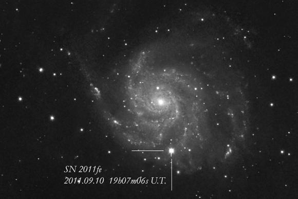 """Galaktika M101 supernovos """"SN 2011fe"""" sprogimo piko metu."""