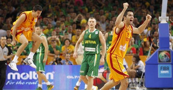 FIBA/Liusjeno Kulbio nuotr./Makedonijos krepaininkai džiaugiasi pergale
