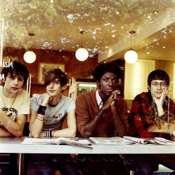 """Grupė """"Bloc Party"""" ir jos vokalistas Kele Okereke (antras iš dešinės)."""