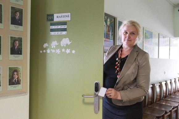 P.Vileišio progimnazijoje duris atrakinančiomis kortelėmis kol kas naudojasi tik direktorė D.Kazakevičienė (nuotr.), dalis pedagogų ir techninio personalo.