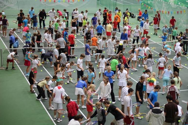 191 jaunasis tenisininkas siekė kamuoliuko į žemę mušinėjimo rekordo
