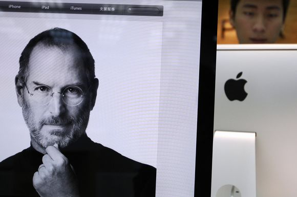 """Gerbėjai gedi mirusio """"Apple"""" įkūrėjo Steve'o Jobso"""