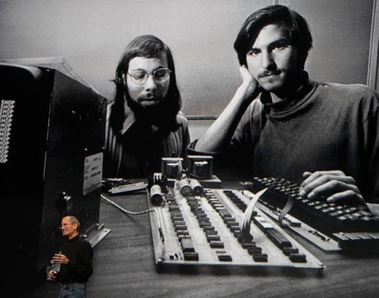 Reuters/Scanpix nuotr./Steve'as Jobsas stovi prie fotografijos, kurioje įamžintas jis pats ir kolega Steve'as Wozniakas.