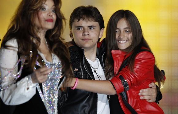 LaToya Jackson (kairėje), Prince'as Michaelas Josephas Jacksonas Jr. ir Paris-Michael Katherine Jackson (dešinėje)
