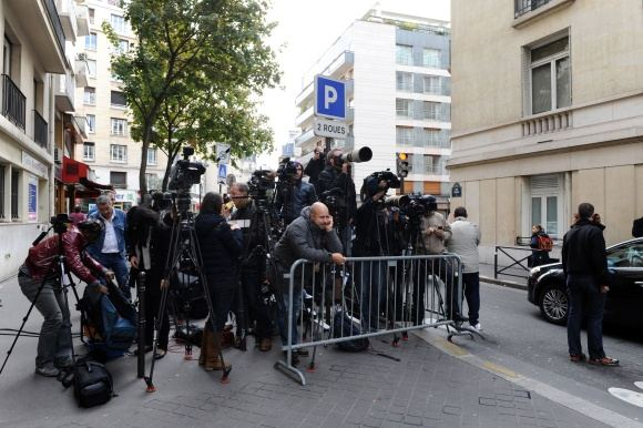 Reuters/Scanpix nuotr./Fotografai prie klinikos laukia žinių apie Carlos Bruni-Sarkozy gimdymą.