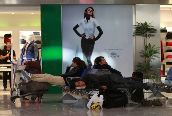 Žmonės miega Atėnų oro uoste